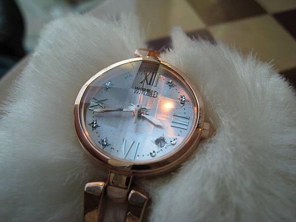 錶面的玻璃是突起十字狀,光線的折射很美