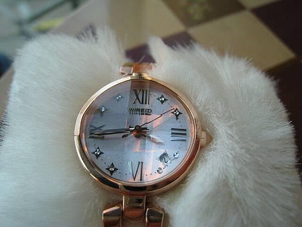 錶面的設計也很閃亮,有幾顆BlingBling的小鑽