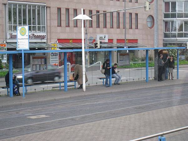 一早等公車的人