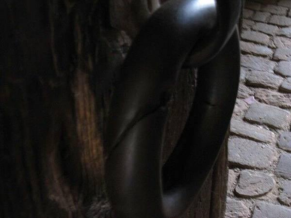 據說快被巫婆咬斷的門環