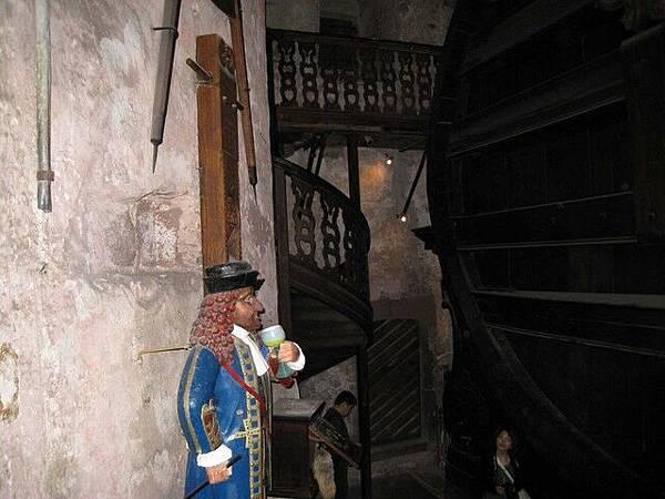 循樓梯可爬上酒桶頂端