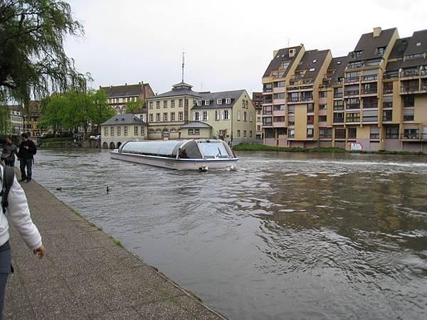 運河上有觀光船