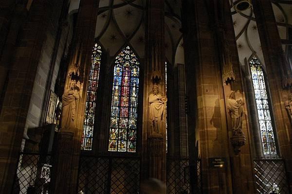 聖母院內部頗為壯觀神聖