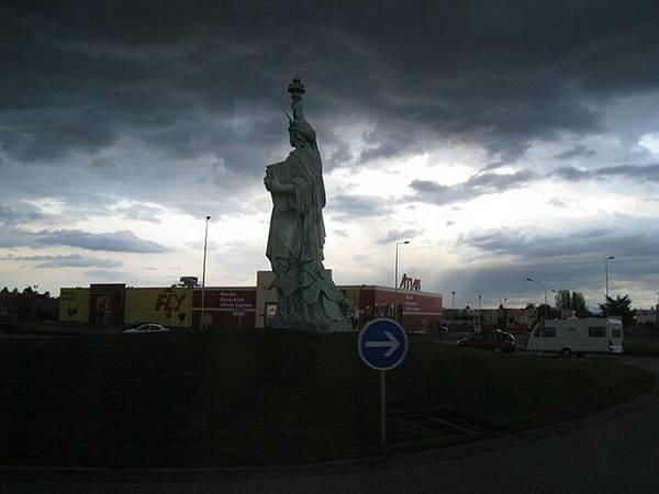 前往位於「科瑪」的旅館途中,法國的自由女神像