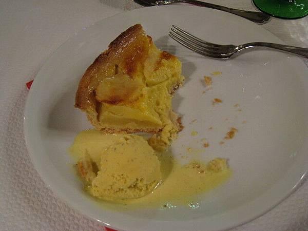 點心:蘋果派加香草冰淇淋(已經被我啃掉一大半了)