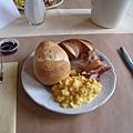 早餐~多樣的麵包、炒蛋、火腿、手工果醬等