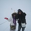 風雪不小,帽子都快被吹飛啦!