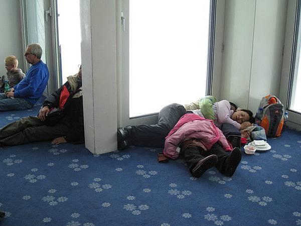 有一些團友耐不住高山低氣壓,紛紛昏睡休息