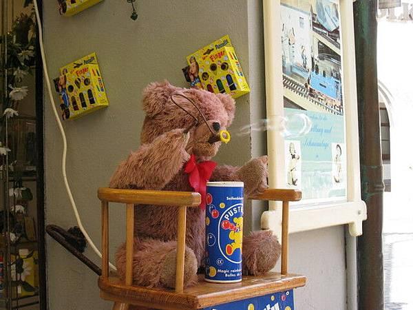 某家店前的吹泡泡小熊