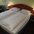 因為旅行社有跟飯店註明我們是蜜月團,所以床大多會合併