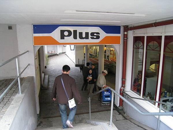 飯店旁有一家超市,算是開得比較晚一點的,裡面的東西很便宜