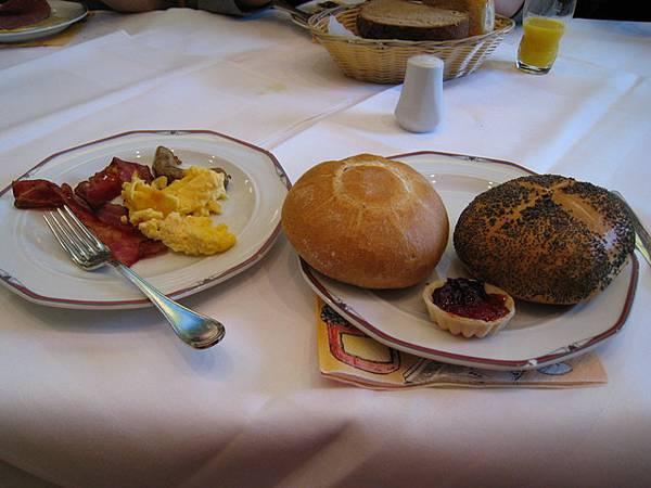 飯店內早餐,佈滿黑色種子的是罌粟麵包