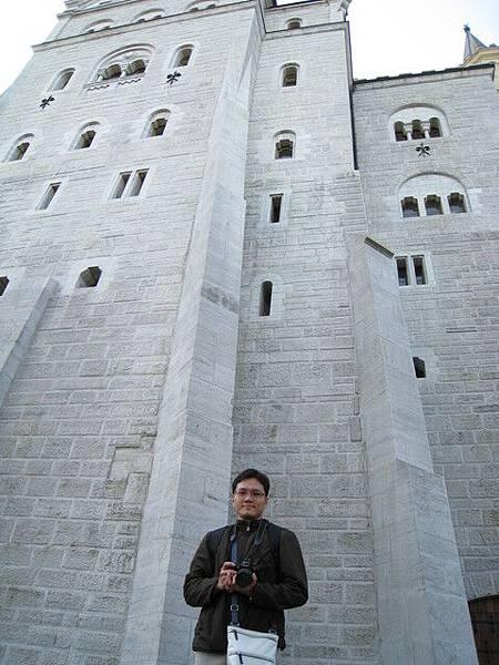 到新天鵝堡外了,城牆好高好高