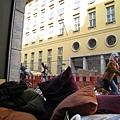 很幸運的坐在窗邊,看著行人來來往往,好舒服喔!