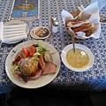 採自助餐形式,大多是沙拉及各式肉類