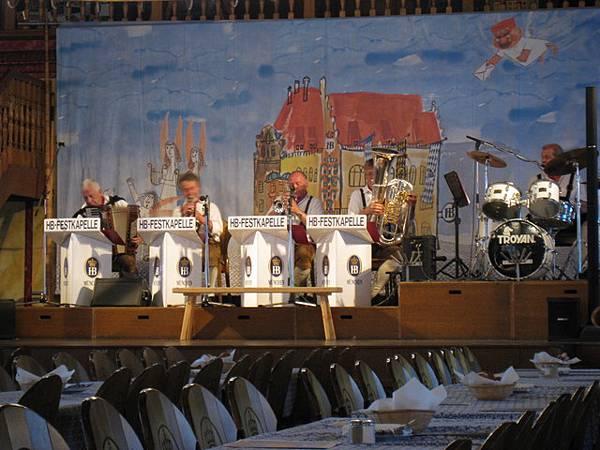 舞台上有民俗音樂表演