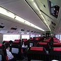 Narita Express內部,車廂間有放行李箱的專屬空間