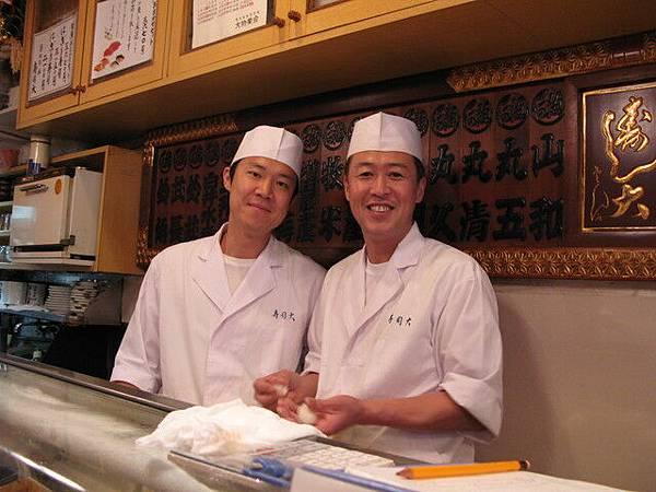 壽司大的另兩位師傅,右邊是大師傅