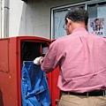 排隊時巧遇郵差來收信