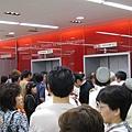 又是長長的排隊人龍,等著上電梯
