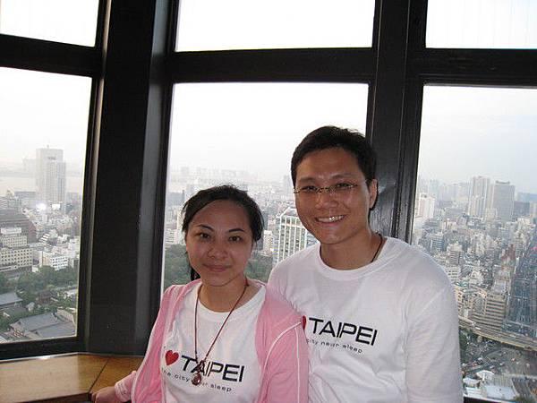 東京鐵塔上,突然有一個陌生伯伯說要幫我們拍合照