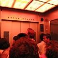 電梯內燈光會變色喔