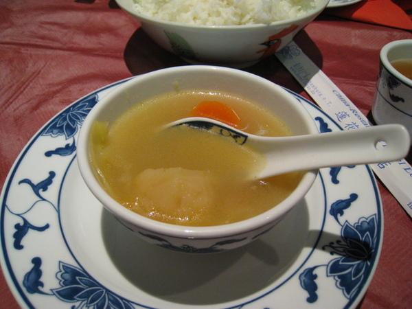 今天是中式料理,看起來不怎樣的湯,卻好好喝