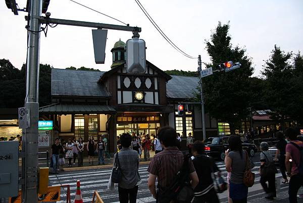 原宿車站雖小,但是很熱鬧