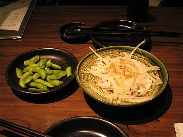 餐前小菜:毛豆和洋蔥絲