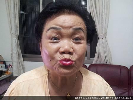 可愛的奶奶貢獻性感唇印
