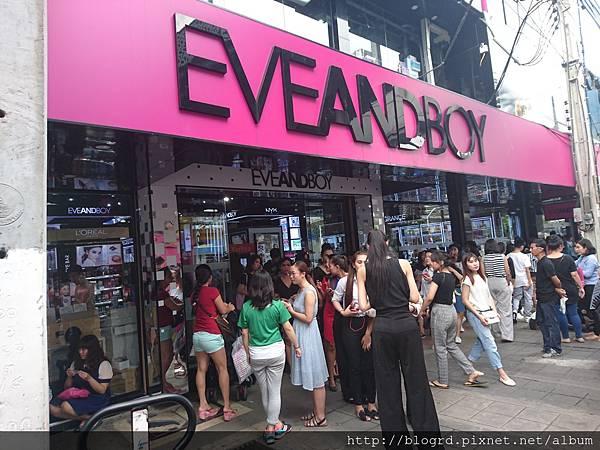 泰國當地美妝店EVEANDBOY顧客絡繹不絕