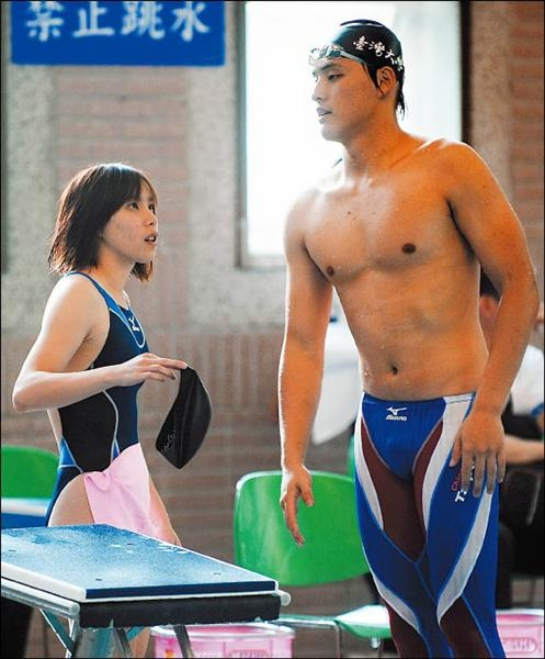 袁平程琬容在游泳路上相扶持