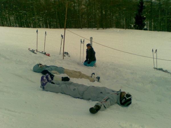 躺在樹林雪堆中