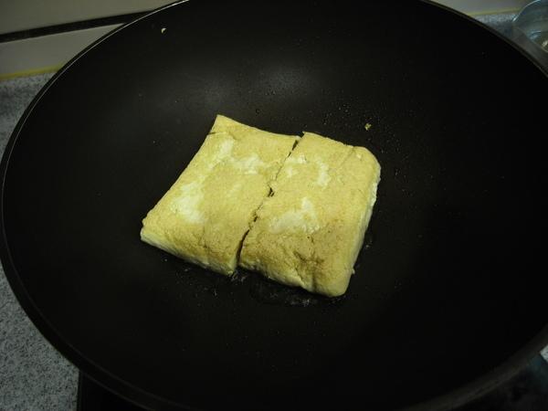 豆皮包正在煎的香香的
