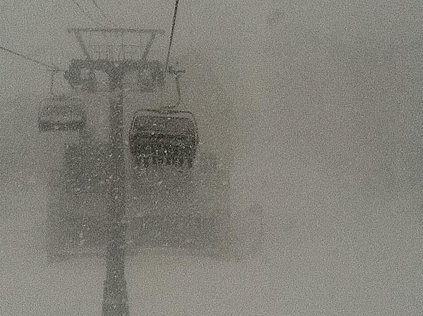 地獄搬暴雪肆虐下,只能說是瘋狂的滑雪客發抖著