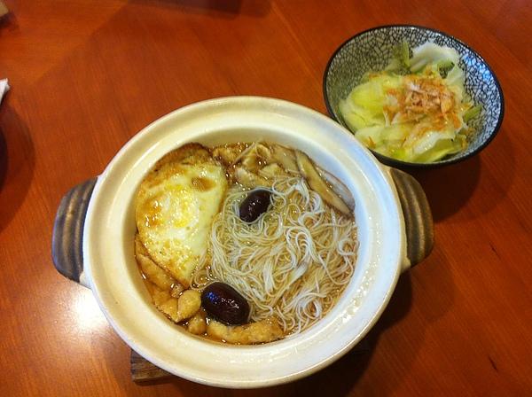 麻油豆皮麵線+荷包蛋和高麗菜全景