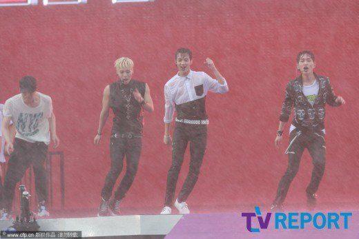 130701 香港巨蛋音樂節 023 雨中依然閃耀