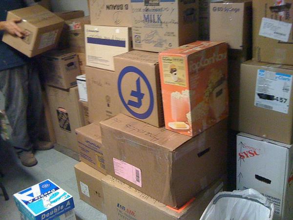 堆滿滿的箱子都是我們擺攤的存貨
