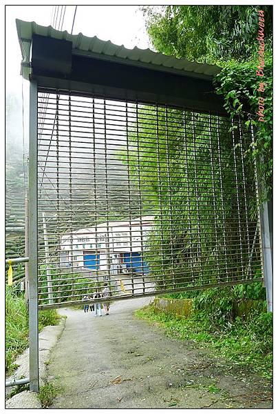門口有一道鐵門,安裝心酸的