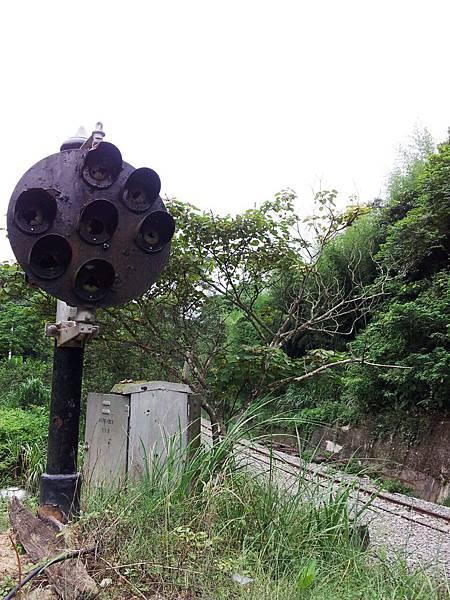 鐵軌旁已經廢棄的燈