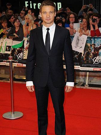 Jeremy-Renner-in-Dunhill....sleeves-far-too-long.-Love-the-suit