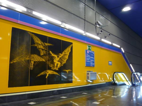 下到月台以前的廣告牆