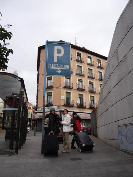與Puerta de Toledo停車場牌子合照