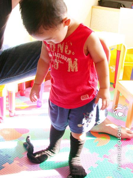 看到爸爸在穿襪子,宋小駿就要爸爸幫他穿上。
