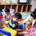 但宋小駿還是大方的把玩具給哥哥姊姊玩