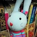 襪子娃娃-粉藍條紋衣兔2