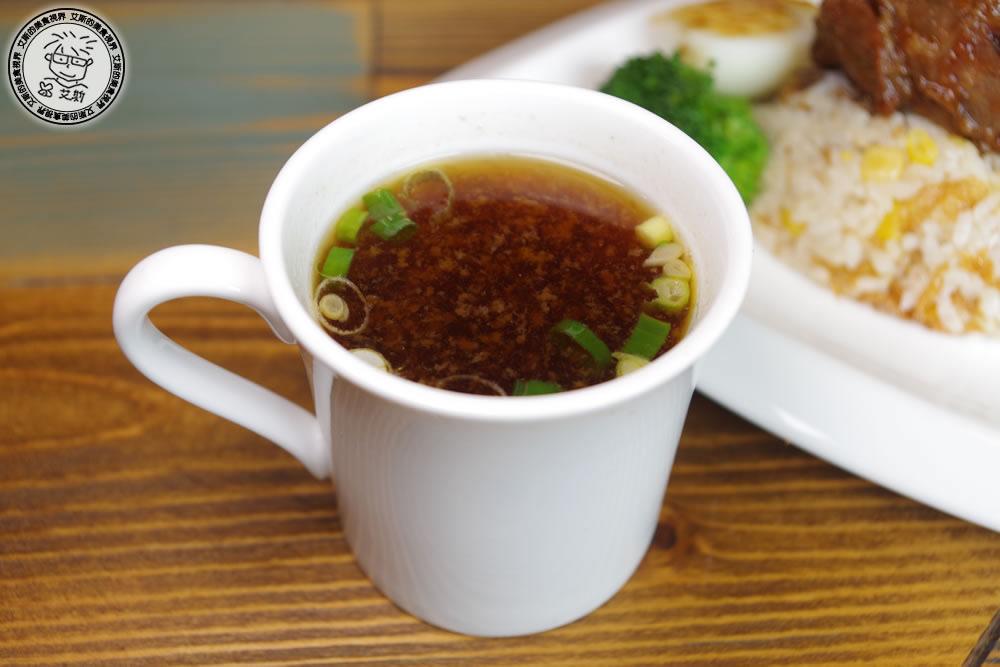 4皇冠牛排飯3-原汁牛肉清湯.jpg