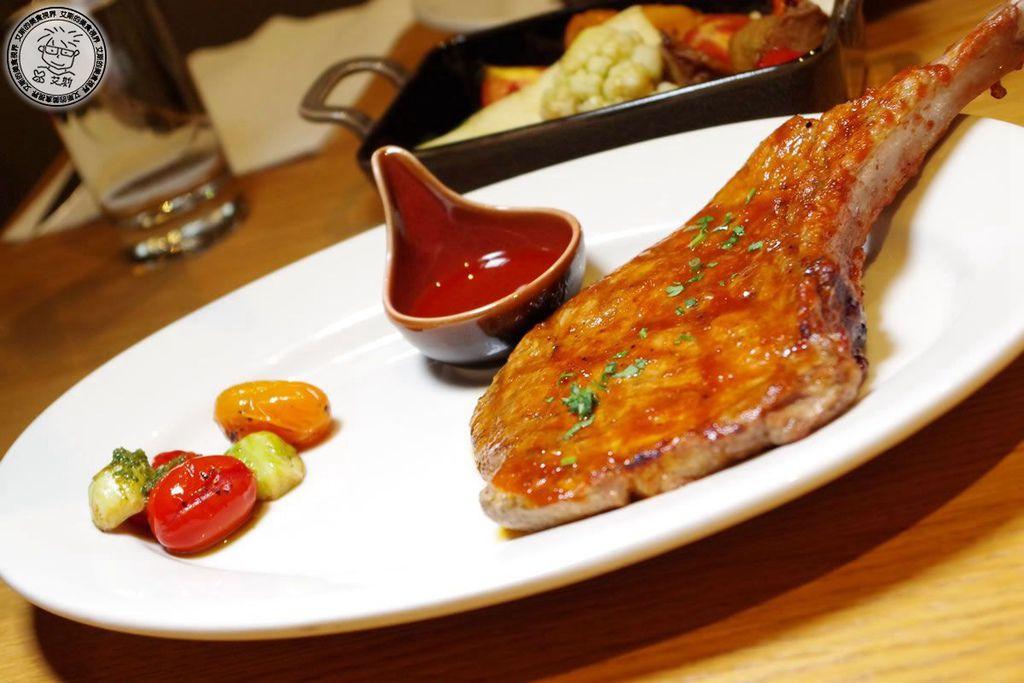 7主菜-原木燒烤雲林帶骨豬排1.jpg