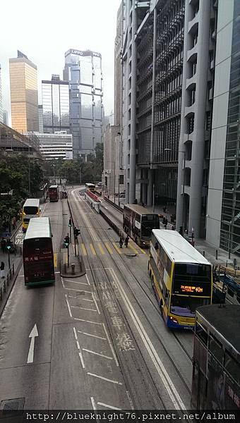 丁丁車和巴士交錯的街景