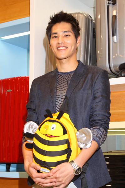 藍正龍在會後特別買了Sammies系列的小蜜蜂後背包送給姪子.JPG